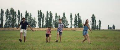 Kinderen op feeld stock fotografie