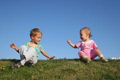Kinderen op gras royalty-vrije stock afbeeldingen