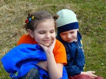 Kinderen op gras Stock Foto's