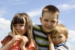 Kinderen op hemel stock fotografie