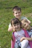 Kinderen op het gras stock afbeeldingen