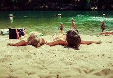 Kinderen op het meer Stock Foto's