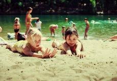 Kinderen op het meer Royalty-vrije Stock Afbeeldingen