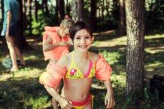 Kinderen op het meer Stock Fotografie