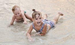 Kinderen op het strand Stock Foto's