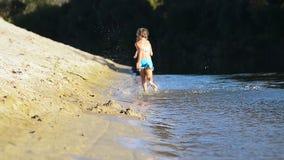 Kinderen op het strand in werking dat worden gesteld dat stock videobeelden