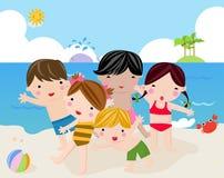 Kinderen op het zonnige strand Stock Fotografie