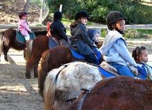 Kinderen op poneys, klaar te spelen royalty-vrije stock fotografie