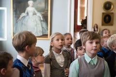 Kinderen op reis in het nationale museum van Russisch art. Stock Foto's