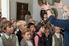 Kinderen op reis in het nationale museum van Russisch art. Stock Afbeeldingen