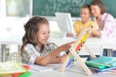 Kinderen op school in het klaslokaal stock foto's