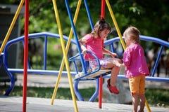 Kinderen op speelplaats Stock Fotografie