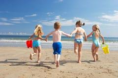 Kinderen op strandvakantie Stock Afbeeldingen