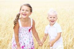 Kinderen op tarwegebied stock afbeeldingen