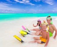 Kinderen op tropisch strand royalty-vrije stock afbeelding