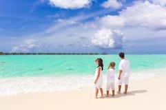 Kinderen op tropisch strand Stock Foto's