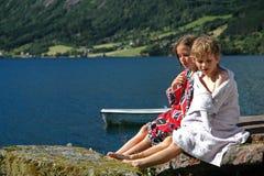 Kinderen op vakantie door een meer Royalty-vrije Stock Foto