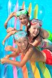 Kinderen op vlotter in pool Royalty-vrije Stock Afbeelding