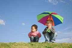 Kinderen op weide met paraplu Royalty-vrije Stock Afbeelding