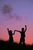 Kinderen op zonsondergang Stock Foto