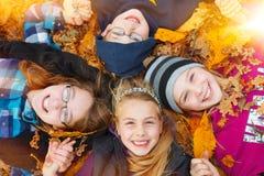 Kinderen openlucht op de herfstbladeren royalty-vrije stock foto