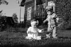 Kinderen in parkjongen en meisje Royalty-vrije Stock Foto's