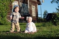 Kinderen in parkjongen en meisje Royalty-vrije Stock Afbeelding