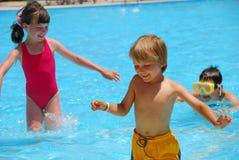Kinderen in pool stock afbeelding