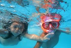 Kinderen in pool Stock Fotografie