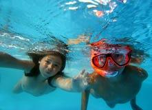 Kinderen in pool Stock Foto's