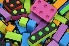 Kinderen` s aannemer Grote stapel plastic stuk speelgoed blokken Achtergrond van heldere plastic grote bouwstenen Zo veelkleurige stock afbeeldingen
