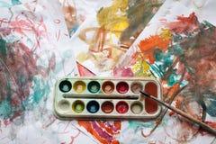 Kinderen` s abstract patroon en palet met borstel Royalty-vrije Stock Afbeelding