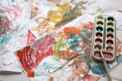 Kinderen` s abstract patroon en palet met borstel Royalty-vrije Stock Foto's