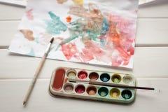 Kinderen` s abstract patroon en palet met borstel Royalty-vrije Stock Foto