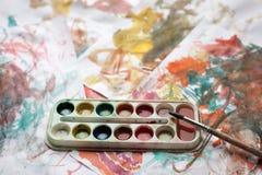 Kinderen` s abstract patroon en palet met borstel Stock Afbeeldingen