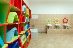 Kinderen` s badkamerss en individuele gootstenen van een kleuterschool Royalty-vrije Stock Foto