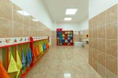 Kinderen` s badkamerss en individuele handdoeken van een kleuterschool Royalty-vrije Stock Fotografie