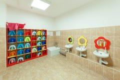 Kinderen` s badkamerss en individuele handdoeken van een kleuterschool Stock Afbeelding
