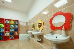 Kinderen` s badkamerss en individuele handdoeken van een kleuterschool Royalty-vrije Stock Afbeelding