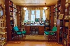 Kinderen` s bibliotheek Nr 266 gebouwd door de beroemde Sovjetkinderen` s schrijver Korney Chukovsky Peredelkino, Rusland stock foto