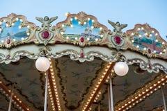 Kinderen` s carrousel in het centrum van Moskou Two-storey carrousel met paarden stock fotografie
