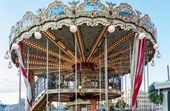 Kinderen` s carrousel in het centrum van Moskou Two-storey carrousel met paarden royalty-vrije stock foto