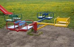 Kinderen` s carrousel in vier kleurrijke plaatsen, stock foto
