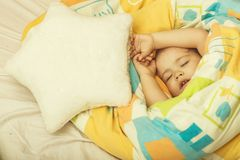 Kinderen` s droom Het kleine baby dromen royalty-vrije stock afbeelding