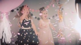 Kinderen` s festival Meisje het spelen met document confettien stock footage