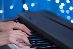 Kinderen` s handen die de piano spelen Stock Afbeeldingen