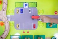 Kinderen` s handen die houten stuk speelgoed trein spelen royalty-vrije stock foto's