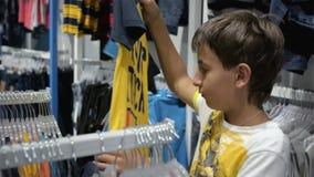 Kinderen ` s het winkelen Opslag voor kinderen stock video