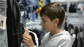 Kinderen ` s het winkelen Opslag voor kinderen stock footage