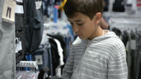 Kinderen ` s het winkelen Opslag voor kinderen stock videobeelden